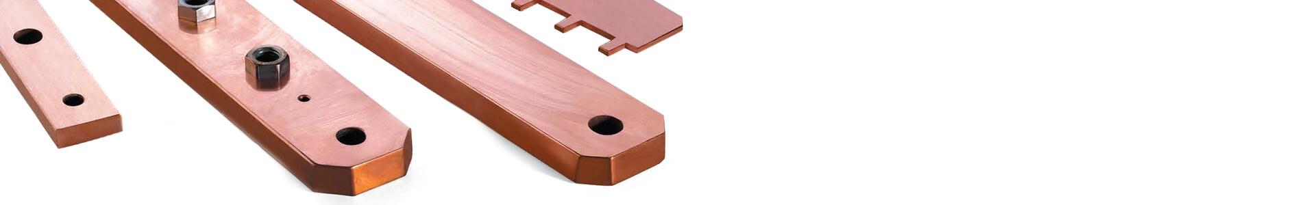 Piezas de cobre sobre plano